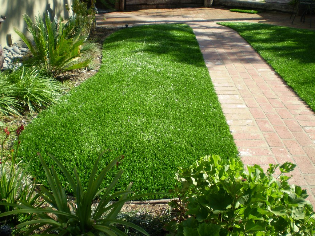 Lehigh Valley artificial grass lawn separated by brick pavers